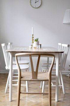 Home of debbie.nu dendardebbie y-stol wishbonechair norrgavel svenskt tenn… Kitchen Nook, Kitchen Chairs, Dining Room Chairs, Table And Chairs, Dining Table, Swedish Kitchen, Home Furniture, Furniture Design, Dining Room Inspiration