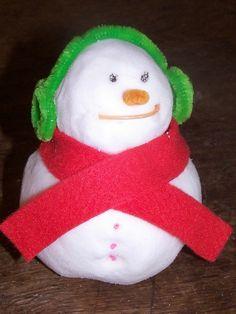 Vous pouvez faire de la neige à la maison en utilisant seulement deux ingrédients simples. C'est une excellente activité sensorielle pour les plus petits et les enfants peuvent fabriquer des bonhommes de neige ou jouer avec des figurines dans la neige sans se faire d'engelures. Pour faire de la neige il ...