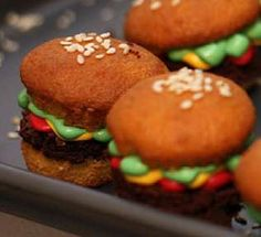 Petite Fast Food Pastries | These Kentieo Hamburger Cupcakes are Deliciously Sweet