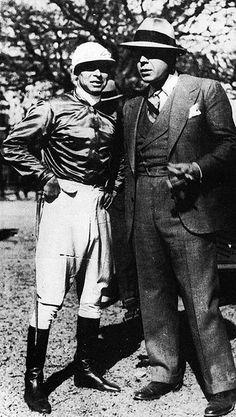 """Leguisamo y Carlos Gardel, en Palermo. Irineo Leguisamo nació en el pueblo de Arerunguá, en el departamento de Salto, Uruguay. Consagrado jockey uruguayo que se caracterizó por correr con la fusta bajo el brazo. Modesto Papávero compuso en 1925 el tango """"Leguisamo solo"""", popularizado por Carlos Gardel, amigo del jinete y aficionado a las carreras. (Sobre el mismo tema, Gardel grabó los tangos """"Palermo"""" y """"Por una cabeza"""")"""