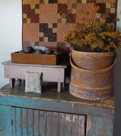 primitive country decorating end tables Primitive Country Christmas, Primitive Country Homes, Primitive Gatherings, Primitive Antiques, Primitive Decor, Primitive Fall Decorating, Primitive Autumn, Prim Decor, Country Decor