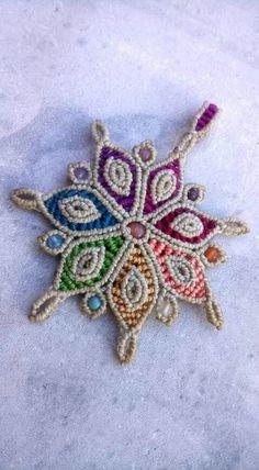 Collar Macrame, Macrame Colar, Macrame Earrings, Macrame Art, Macrame Projects, Macrame Bracelets, Macrame Jewelry Tutorial, Plastic Lace, Card Weaving