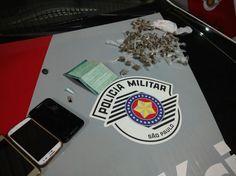 Adolescentes de 14 e 15 anos são detidos, suspeitos de envolvimento com tráfico de droga -  Equipe Delta da Polícia Militar recebeu denúncia de que um veículo com 3 casais estaria realizando tráfico de entorpecentes no bairro Comerciários. Em patrulhamento pelo local, os policiais Alex e Rodrigo encontraram o carro. Um dos ocupantes conseguiu fugir, porém, foram detidos 5 ocupantes do ve - http://acontecebotucatu.com.br/policia/adolescentes-de-14-e-15-anos-sao-detidos