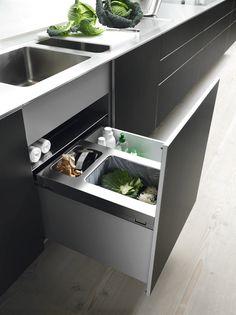bulthaup - cuisine b3 - avec ses 48 cm de hauteur, le système de poubelle est parfaitement dimensionné. Un habillage en aluminium dissimule les poubelles dont les sacs sont maintenus par un cadre en acier inoxydable, le couvercle étant également en inox