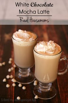 Rich and creamy, this homemade white chocolate mocha latte is ten times better than Starbucks! Café Chocolate, White Chocolate Mocha, Hot Chocolate Recipes, Mocha Recipe, Latte Recipe, White Mocha Coffee Recipe, Ninja Coffee Bar Recipes, Coffee Drink Recipes, Yummy Drinks