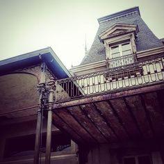 [#Détail] Créé pour le #porcelainier Charles Edouard #Haviland le parc paysager du #Reynou abrite un #château du 18 & 19es. (classé #MH) de l'architecte paysagiste Laurent André. #ParcZooduReynou  #LeVigen #Limousin #HauteVienne #igershautevienne #igerslimousin #igersfrance #ig_france #architecture #instarchitecture #architectureporn #architecturelovers #trésorspatrimoine #patrimoine #castle #instacastle