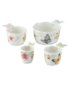 This Butterfly Meadow 4-piece measuring cup set by Lenox has an equal measure of artistry and functionality. Each cup is decorated with a charming garden scene of flowers, butterflies and more. The se