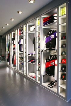 20 Ideas For Sport Shoes Display Retail Interior Boutique Interior, Clothing Store Interior, Clothing Store Design, Showroom Interior Design, Retail Interior, Clothing Racks, Shoe Store Design, Retail Store Design, Hypebeast Room