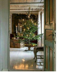 Scandinavian Christmas decorations are modern and rustic, minimal and cozy, simple and functional. Try something new in your holiday decor. Natural Christmas, Nordic Christmas, Noel Christmas, Primitive Christmas, Country Christmas, Simple Christmas, Winter Christmas, Cottage Christmas, Minimal Christmas