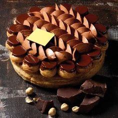 Pâte feuilletée, pâte à choux caramélisée, crème de mascarpone au chocolat, croustillant au chocolat noir.: