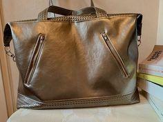 Cecile Fradet sur Instagram: Un sac pour le week-end ? Ce grand sac fera l affaire avec ses dimensions 55/35/20.. Modèle Java de Savotin avec le superbe simili Pixar…
