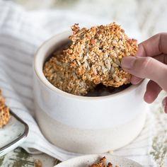 Dieser Low-Carb-Cracker mit Sesam, Mandeln, Haselnüssen und Sonnenblumenkernen ist ein echter Powersnack mit dem besten aus der Nuss. Knabber dich fit!.