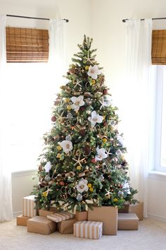Pretty Floral Christmas Tree. See 15 Amazing Christmas Tree Ideas on www.prettymyparty.com.
