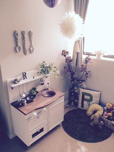 カラーボックスを使って作るおままごとキッチンの作り方を紹介。インテリアとしても活きてくるかわいいキッチンを作りませんか。 Mini Kitchen, Toy Rooms, Kidsroom, Wood Pallets, Girl Room, Diy And Crafts, Baby Kids, Cool Stuff, Interior