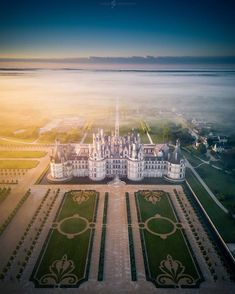 🇬🇧 The Château de Chambord in Chambord, Loir-et-Cher, France, is one of the most recognisable châteaux in the world… Versailles, Beautiful Castles, Beautiful Places, France City, France 1, Hello France, French Chateau, Destinations, Scenery