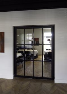 Steel look pivoterende deur met vierkante glasverdeling Glass Shower Doors, Glass Door, Sliding Doors, China Cabinet, Modern, Divider, Windows, Storage, Room