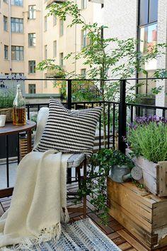 balkongestaltung skandinavisches design frisch gemütlich verschiedene muster