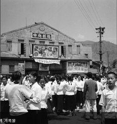 부산 Amidst the war, life goes on in Busan Old Pictures, Old Photos, Vintage Photos, Korean People, Korean War, Modern History, Life Goes On, South Korea, Seoul