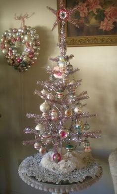 apositivelybeautifulblog:  (via MY PINK CHRISTMAS / vintage pastel decor) Beeskneesvintagegarden