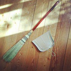 アナログな掃除道具買いました 柄の長いのは昔から愛用してるけど 細いタイプ初めて見かけてついつい… 家具の多い洋間用なんて書いてありました 私はキッチンに置きます アルミ製のちりとりはセリアにて(もち108円!) #ほうき #ちりとり #掃除道具 #掃除 #天然素材 #アルミ #セリア #Seria