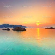 Salida del sol sobre el mar. con dao. Vietnam