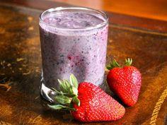 Smoothie energético para después del deporte: 85 gramos de yogurt griego natural, 1 plátano, ½ taza de blueberries, ½ taza de fresas, ½ taza de frambuesas, ½ taza de leche light, 1 cucharada de cacao en polvo, ½ taza de agua.