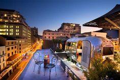Kapstadt ist schon ein Hingucker für sich. Doch erleben Sie erst einmal die Aussicht von einer Rooftop Bar mit Sicht über die ganze Stadt und den Tafelberg
