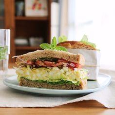 강하고 자극적인 맛은 아니지만 고소한 식빵에 촉촉한 달걀을 듬뿍 넣어 부드러운 매력을 가진 달걀샌드위치예요. 특별한 재료가 없더라도 달걀 하나로 충분히 맛있는 샌드위치를 만들 수 있...