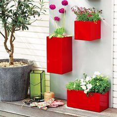 Яркая композиция с трех красных вазонов с цветами украсит уголок для отдыха