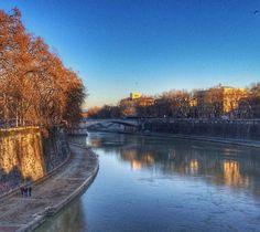 Outono na beira do Rio Tibre... Fazendo bem o seu roteiro dentro de Roma dá para aproveitar 100% da cidade em qualquer estação do ano! .  Lembre-se que nós fazemos o seu roteiro personalizado em Roma organizamos o seu transfer do/para o aeroporto e também sua hospedagem! info@emroma.com .  Veja mais no Snapchat Em_Roma  #Roma #europe #instatravel #eurotrip #italia #italy #rome #trip #travelling #snapchat #emroma#viagem #dicas #ferias #dicasdeviagem #brasileirospelomundo #viajandopelomundo…