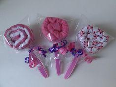 Lolly's gemaakt van monddoekjes en lepeltjes.