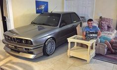 Ryan aus Florida hat sich etwas ausgedacht, um seinen BMW M3 (E30) vor einem Hurricane zu schützen. Im Video zeigen wir, wie das Auto ins Haus kam. ::BMW M3, Hurricane, gerettet, Video