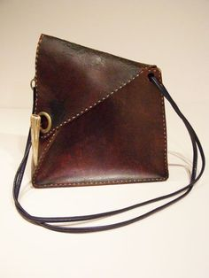 Recently, I bought this modernist bag at a local vintage store. Deceptively simple in looks, it yielded some surprises!
