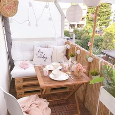 10 Small Balcony Decor Ideas – Ten Catalog Source by tencatalog [New] The 10 All-Time Best Home Decor (Right Now) - Apartment by Elisa Arp - Just wow! Here are 10 small balcony decor inspiration and ideas that'll open your eyes to the possibilities of t Small Balcony Decor, Small Balcony Design, Tiny Balcony, Small Terrace, Small Patio, Patio Balcony Ideas, Modern Balcony, Outdoor Balcony, Backyard Ideas