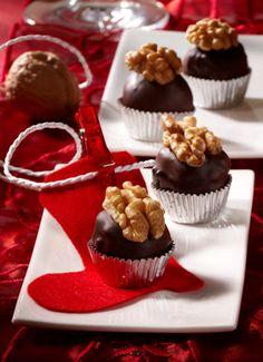 Konfekt aus Früchten und Schokolade für den Advent