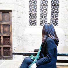 Feliz Dia das Bruxas! Gabrielly já está aguardando o banquete em Hogwarts. Kd pudim kd suco de abóbora?!