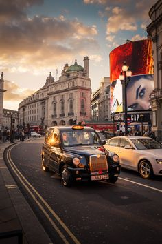 London taxi in Piccadilly Circus London Street, London City, Travel Around The World, Around The Worlds, Piccadilly Circus, City Aesthetic, Kingdom Of Great Britain, Tower Of London, London Photography