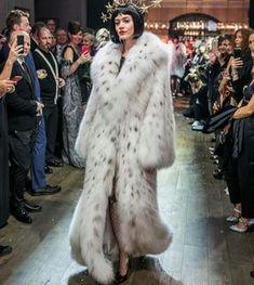 На данном изображении может находиться: 7 человек, люди стоят Fetish Fashion, Fur Fashion, Faux Fur Bedding, Winter Fur Coats, Fabulous Furs, White Fur, Fox Fur, Fur Jacket, Style Guides