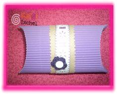 Caja para regalo de papel corrugado de colores.