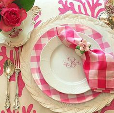 Sweet and cheerful setting. -- pink and white table setting -- gingham table setting -- pink and white gingham place setting -- spring place setting -- summer place setting -- Table Rose, Pink Table, Dresser La Table, Boho Home, Beautiful Table Settings, Pink Gingham, Gingham Party, Deco Table, Decoration Table
