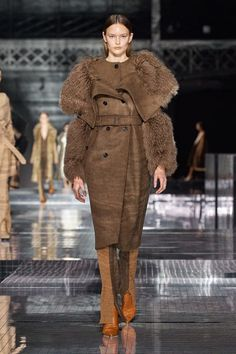 Burberry Fall 2020 Ready-to-Wear Fashion Show - Vogue London Fashion Weeks, Paris Fashion, Runway Fashion, Mens Fashion, Germany Fashion, Street Fashion, Fashion 2020, Fashion News, Fashion Trends