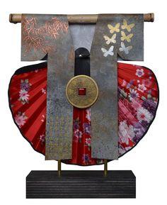 """De """"kimonosculpturen"""" van Be J. Birza worden gemaakt van onder andere oude Chinese kranten. Het werk van deze Deventerse kunstenaar is vanaf 7 juni te zien tijdens #CODAPaperArt.  Meer informatie over deze kunstenaar: www.coda-apeldoorn.nl/paperart2015-nederlandbelgi%C3%AB"""