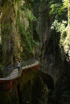 Piattaforma Camminando all'interno Gorges du Fier , Rhone-Alpes / Francia -