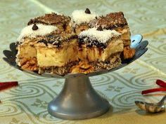 Prăjitură cu blat din bezea cu nucă și cremă de vanilie Sweetest Day, Tiramisu, Biscuit, Deserts, Cookies, Ethnic Recipes, Food, Christmas Recipes, Erika