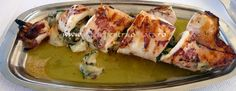 #Reteta greceasca de #calamar umplut cu cascaval, branza feta, ceapa, ardei gras si plante aromatice, servit cu dressing de ulei si lamaie. Sushi, Chicken, Ethnic Recipes, Food, Eten, Meals, Cubs, Sushi Rolls, Kai