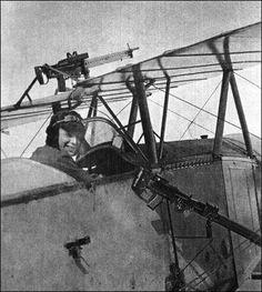 Nieuport 10 inglês com uma Lewis na lateral, fixa obliquamente para livrar o disco da hélice e outra sobre a asa.