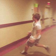 Josh jumping over Harry gif Jackie Chan much? Anne Cox, Niall And Harry, Harry Harry, Harry Edward Styles, Harry Styles, 3 Gif, Irish Boys, Louis Williams, Robin