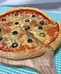 Aquí te contamos cómo hacer pizza con masa de hojaldre en lugar de la base tradicional de pizza. El resultado es una delicia, y está lista al momento!! Kitchen Recipes, Vegetable Pizza, Salmon, Sandwiches, Pasta Sable, Cheese, Breakfast, Quiches, Queso