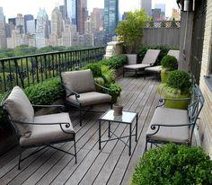 Schmaler Balkon mit Holz-Paravent von den Nachbarn abgeschirmt