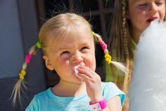 Särkänniemessä maistuvat monet huvipuistoherkut. Huvittelupäivän kruunaa hattara. Cotton candy @ Särkäniemi Monet, Tasty, Children, Cards, Young Children, Boys, Kids, Child, Kids Part